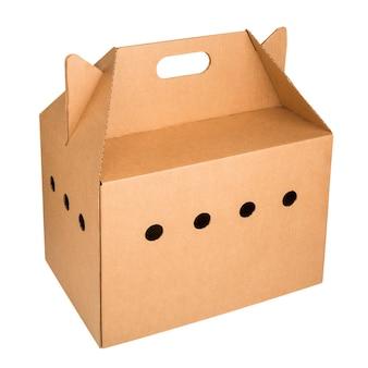 Boîte de voyage en carton pour petits animaux isolé sur espace blanc