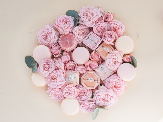 Les boîtes avec des anneaux se trouvent parmi les fleurs sur une table