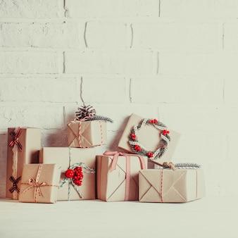 Boîtes d'artisanat de noël décorées dans un style écologique vintage