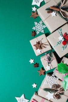 Boîtes d'artisanat de noël décorées dans un style vintage et naturel, vue de dessus avec espace de copie