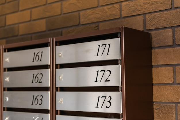 Boîtes aux lettres dans la cage d'escalier