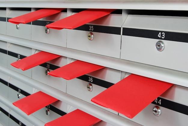 Boîtes aux lettres avec des enveloppes rouges