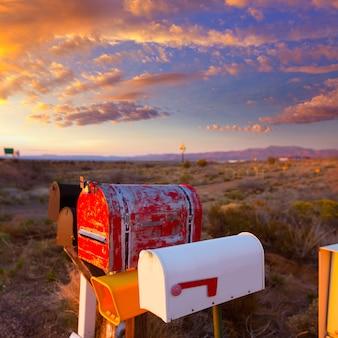 Boîtes aux lettres de grunge dans une rangée dans le désert de l'arizona