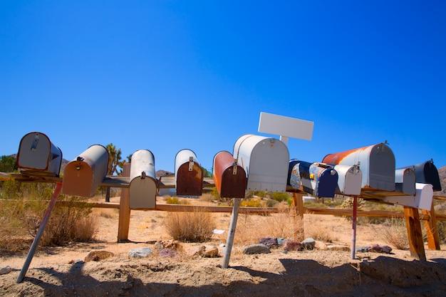 Boîtes aux lettres de grunge dans une rangée dans le désert de mohave en californie