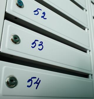 Boîtes aux lettres avec des numéros à plat.