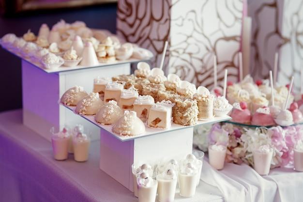 Boîtes blanches avec des assiettes pour les bonbons blancs