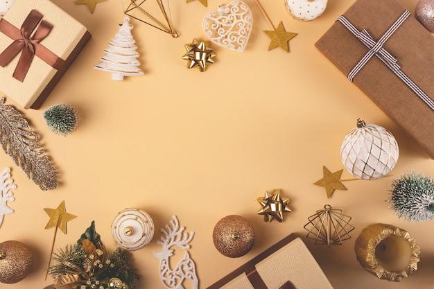 Boîtes brunes avec des rubans de cadeaux de noël sur un fond neutre avec des étoiles et des brindilles vue de dessus à plat copie espace