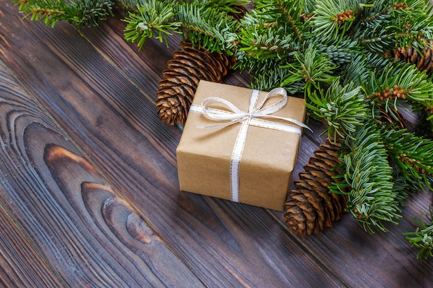 Boîtes à cadeaux avec des branches de sapin