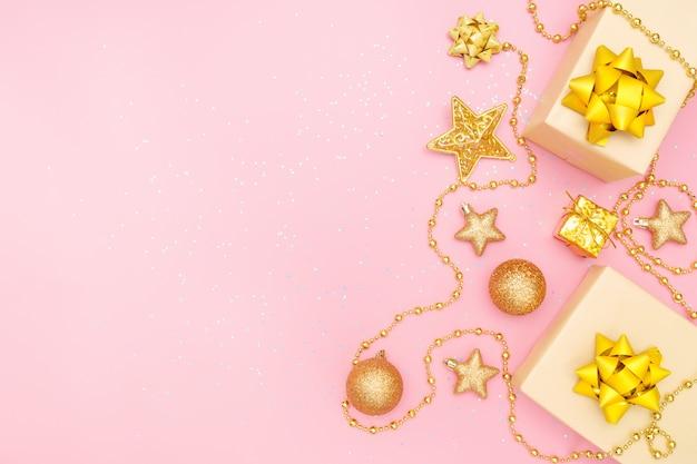 Boîtes à cadeaux sur fond rose pour anniversaire, noël ou cérémonie de mariage