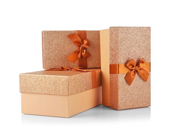 Boîtes avec des cadeaux de noël sur fond blanc
