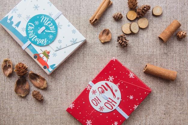 Boîtes à cadeaux de noël rouge et blanc et bâtons de cannelle sur toile