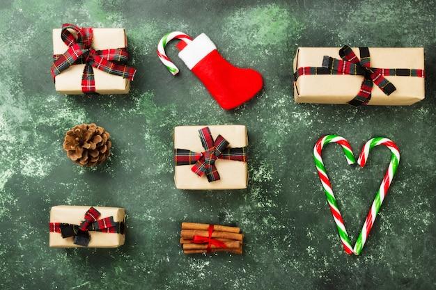 Boîtes de cadeaux pour noël sur vert