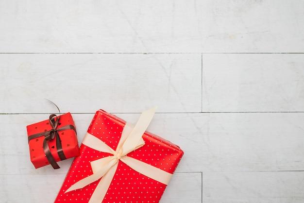 Boîtes cadeaux rouges dans des enveloppes avec des bandes