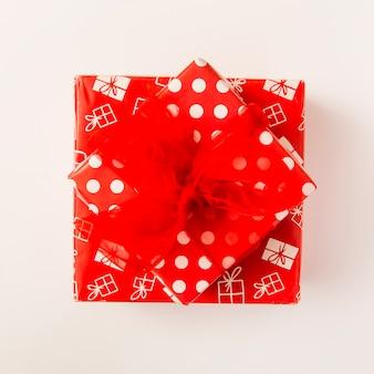 Boîtes à cadeaux rouges dans de magnifiques enveloppements