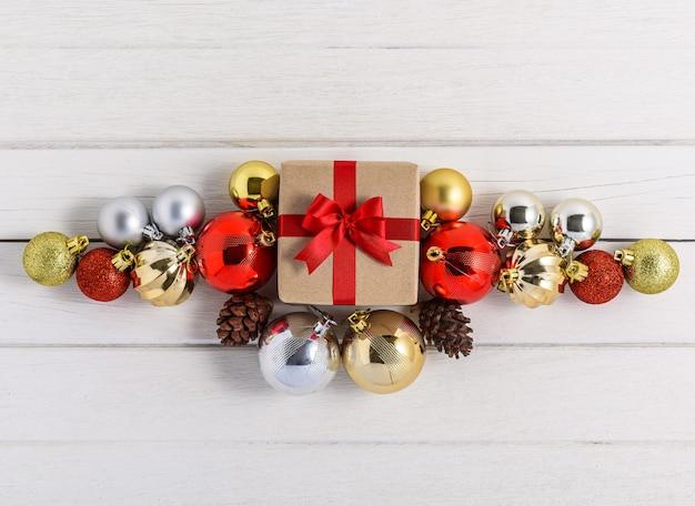 Boîtes à cadeaux avec des rubans de fête