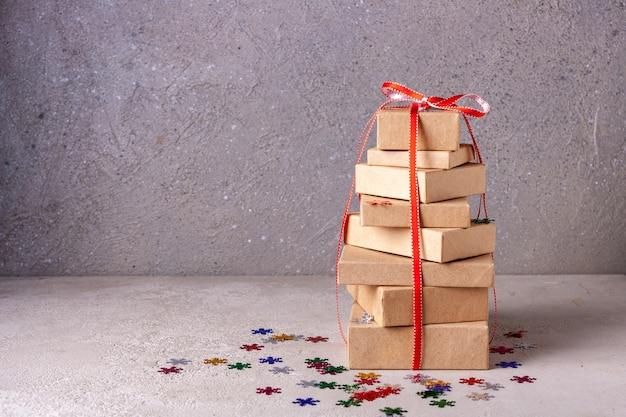 Boîtes en carton avec des cadeaux de noël boxing day