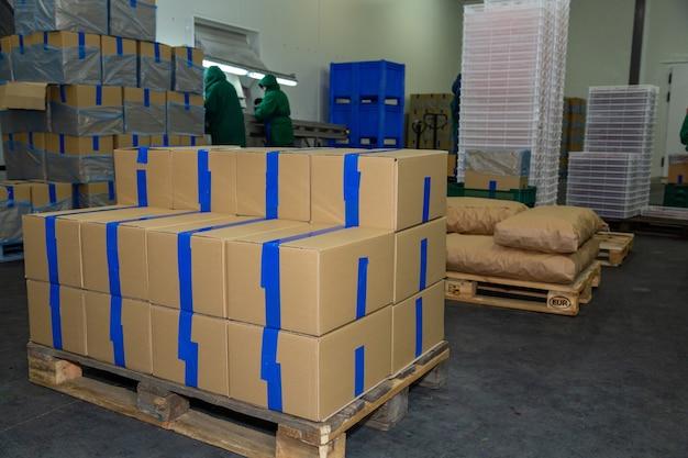 Boîtes en carton dans l'entrepôt, préparées pour l'emballage des marchandises.
