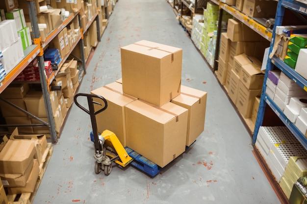 Boîtes en carton dans l'entrepôt