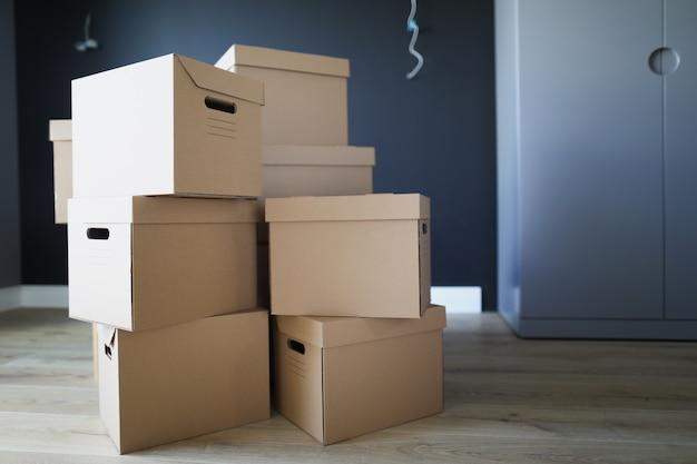 Boîtes en carton à l'intérieur de la pièce les unes sur les autres