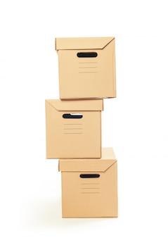 Boîtes en carton isolés sur blanc