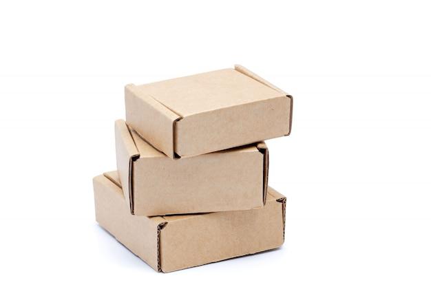 Boîtes en carton isolés sur fond blanc.