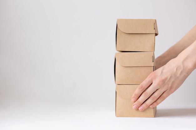 Boîtes en carton kraft livraison de nourriture ou de vêtements moyens modernes d'acheter de la nourriture avec livraison