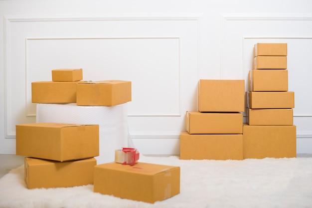 Boîtes en carton à la maison pour l'expédition