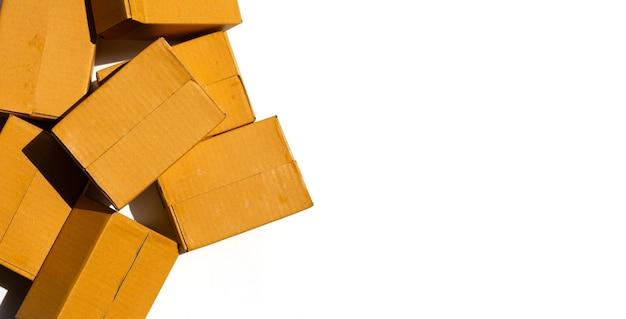 Boîtes en carton marron sur surface blanche.