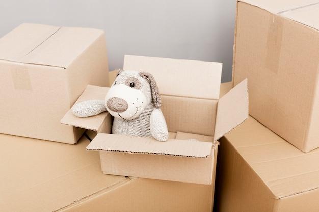 Boîtes en carton avec ours en peluche