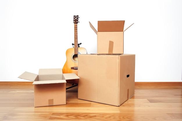 Boîtes en carton ouvertes, prêtes au transport
