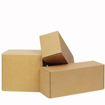 Boîtes en carton pour les marchandises sur blanc