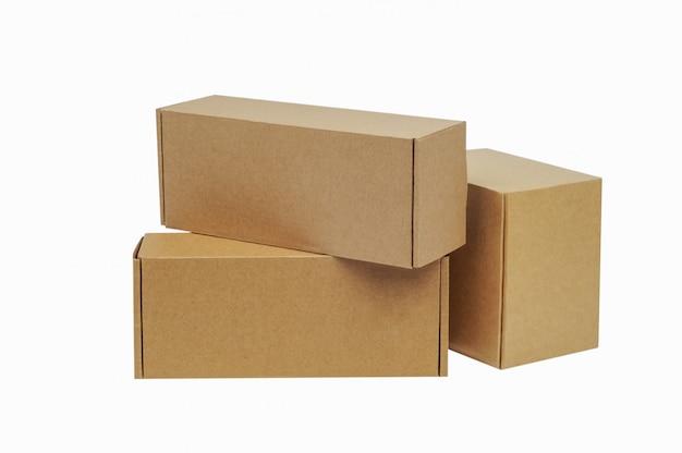 Boîtes en carton pour les marchandises. différentes tailles. isolé