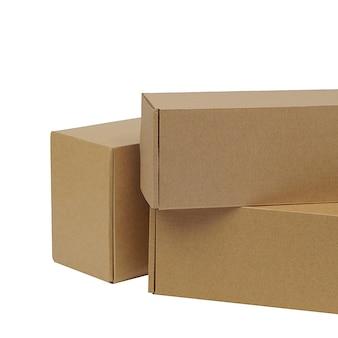 Boîtes en carton pour marchandises sur fond blanc. différentes tailles. isolé sur fond blanc.