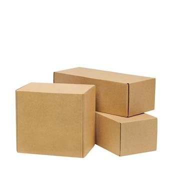 Boîtes en carton pour marchandises sur fond blanc.