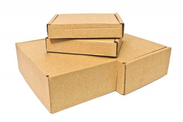 Boîtes en carton pour service de livraison, déménagement, colis ou cadeaux isolés sur fond blanc