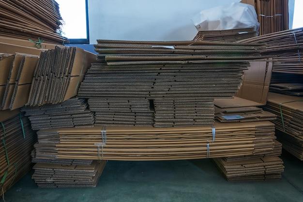 Boîtes en carton stockées