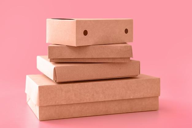 Boîtes en carton vierges sur fond de couleur