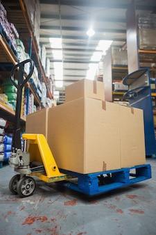 Boîtes sur chariot dans l'entrepôt