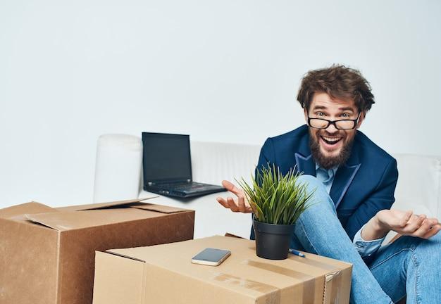 Boîtes avec des choses lieu de travail professionnel d'employé de bureau