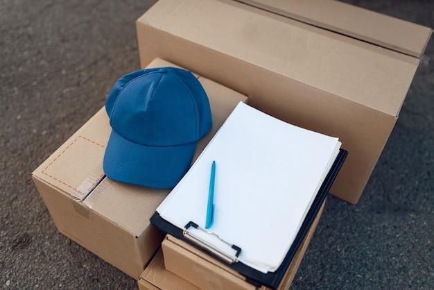 Boîtes à colis et capuchon avec ordinateur portable, concept de service de livraison, entreprise de livraison, personne. colis en carton, livraison, coursier ou expédition
