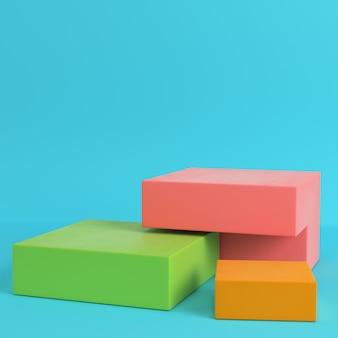 Boîtes colorées sur fond bleu clair