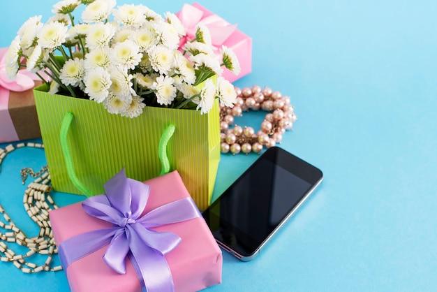 Boîtes de composition décorative avec des cadeaux fleurs fleurs femmes shopping vacances