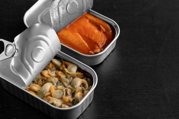 Boîtes de conserve à angle élevé avec de la nourriture et de l'espace de copie