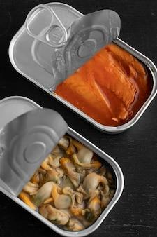 Boîtes de conserve à angle élevé avec de la nourriture