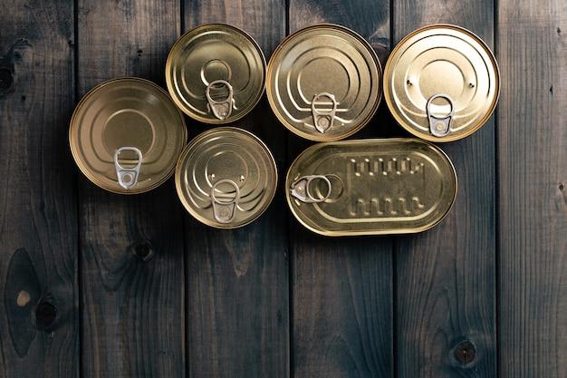 Boîtes de conserve fermées sur fond sombre