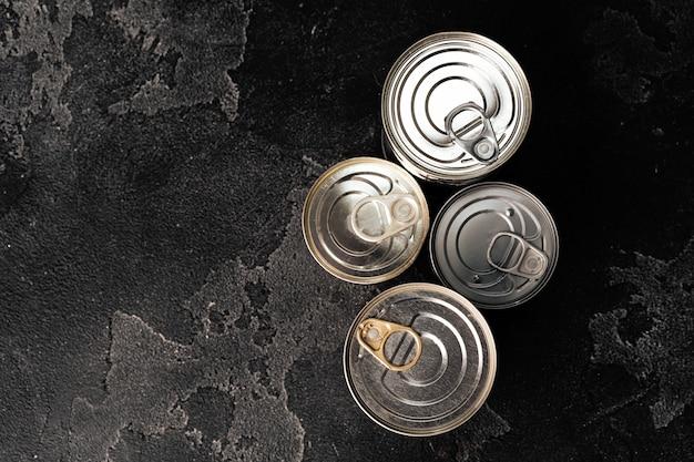 Boîtes De Conserve Fermées à L'obscurité Photo Premium