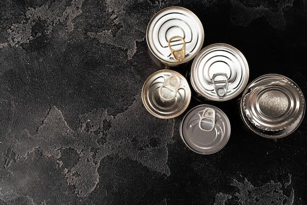 Boîtes de conserve fermées sur une surface sombre