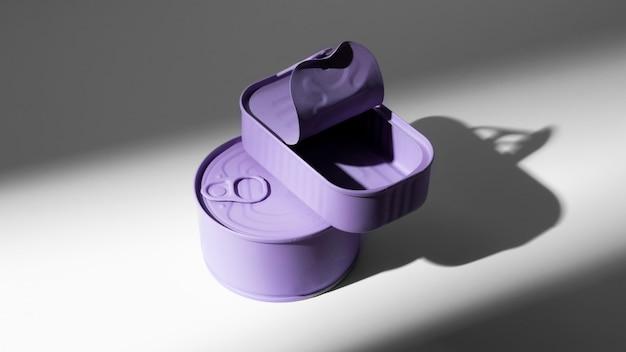 Boîtes de conserve violettes à angle élevé avec espace copie