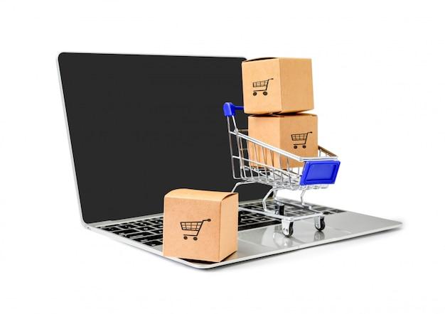 Boîtes dans un chariot sur un ordinateur portable