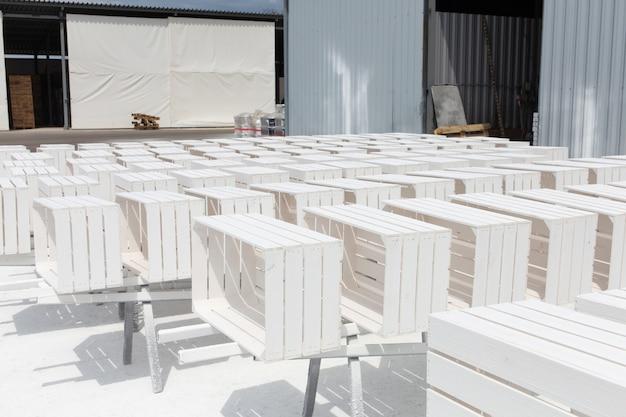 Les boîtes décoratives sèchent après la peinture. espace extérieur pour peindre et sécher les produits finis en bois.